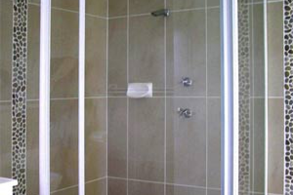 framed-shower-screen005b9b1d-e074-4854-849c-87e43b4c3b2f3D88E53C-A611-4850-86AA-7A3E7DF84B78.jpg